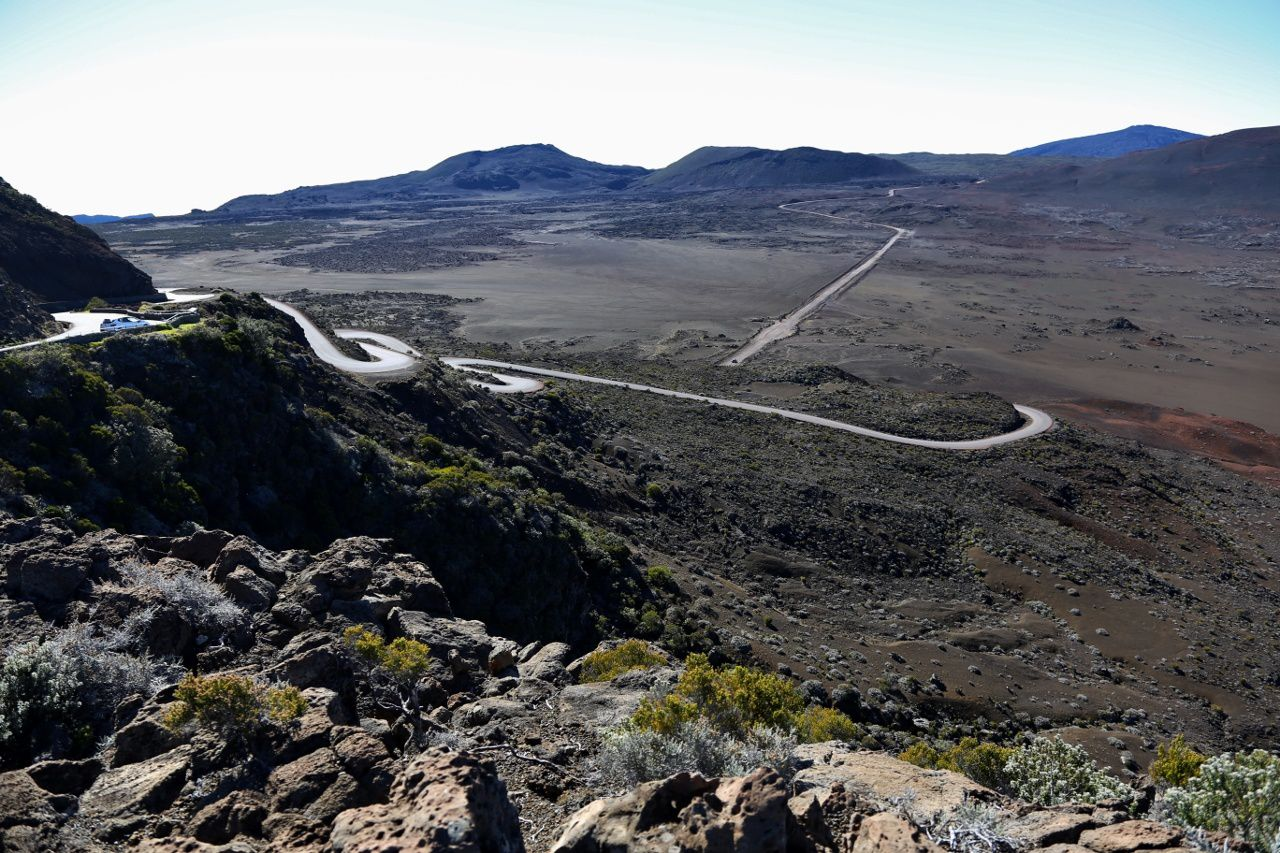 The Pas des Sables: the road descends in laces in the flows of Piton Germeuil towards the Plaine des Sables, and the forest road - photo © Bernard Duyck / June 2017