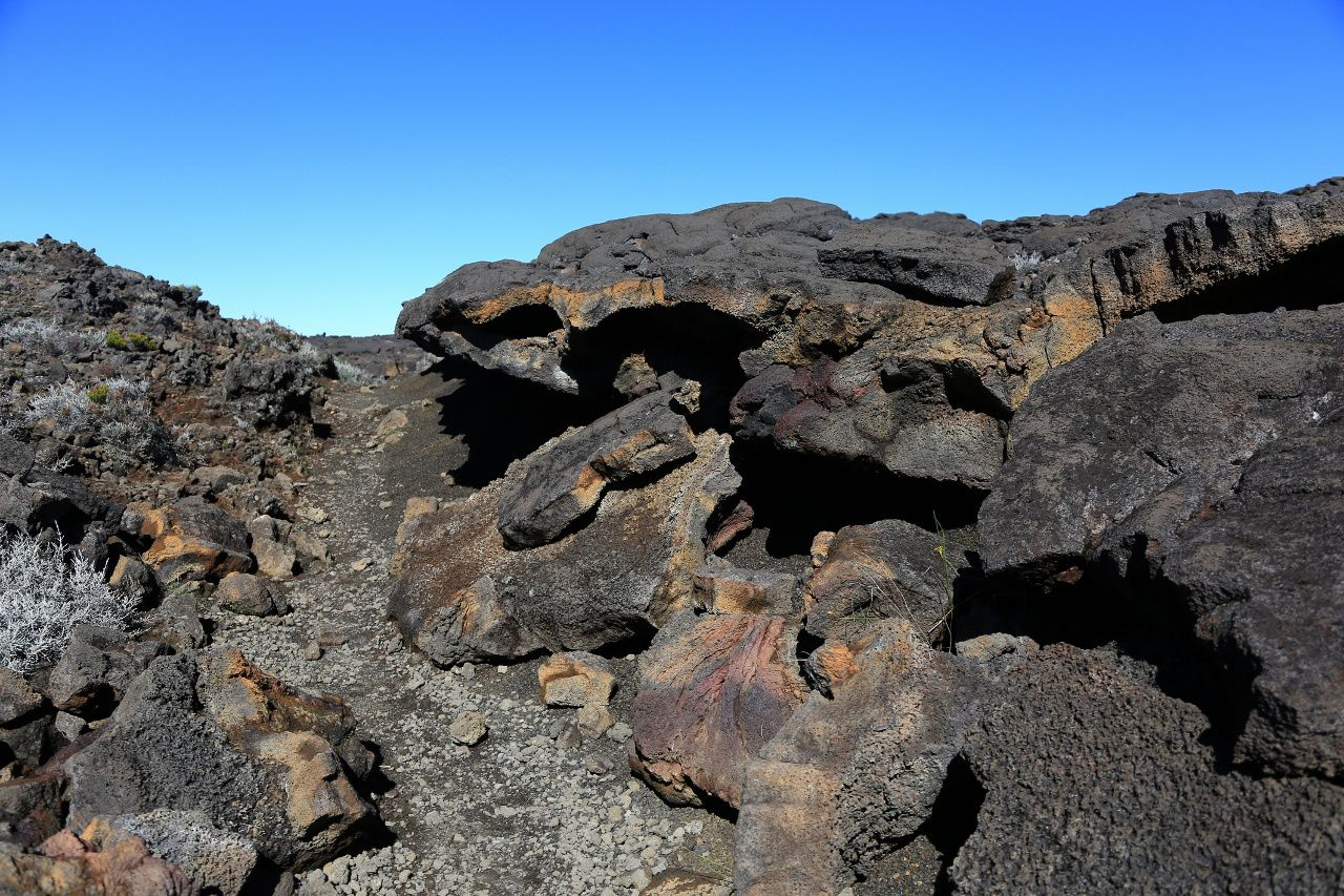 Trail on the Rampart / Path of Bert passes in the lava flows of Piton Chisny - photo © Bernard Duyck / June 2017