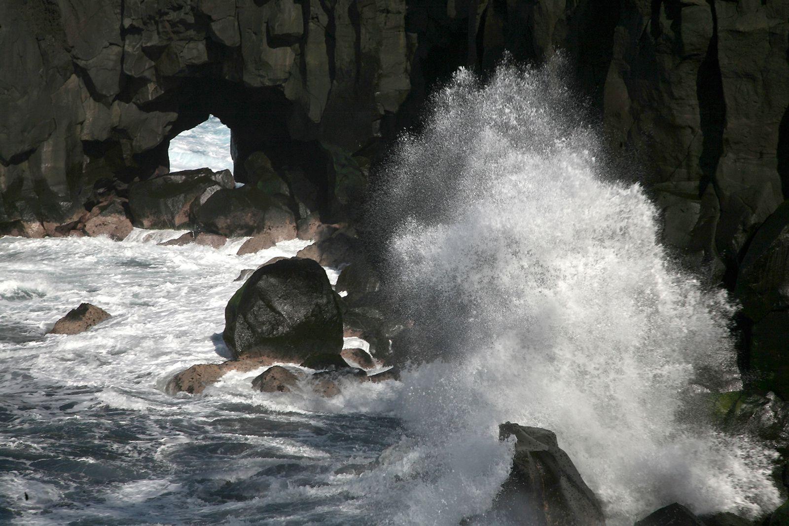 Le Cap Méchant - l'arche dans la coulée de basalte, résultat de l'érosion marine -  photo © Bernard Duyck / Juin 2017