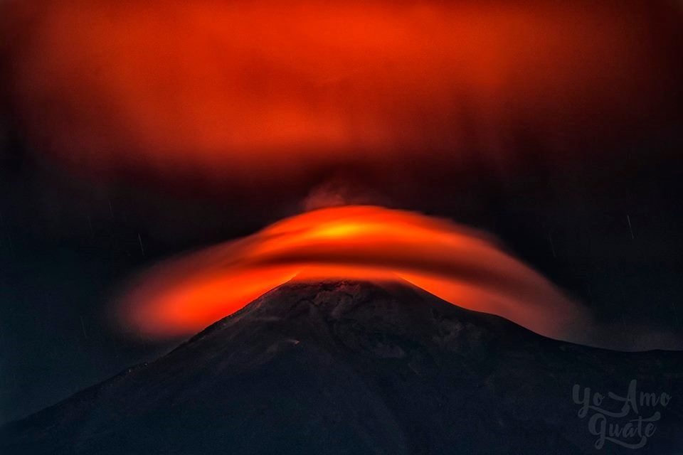 Fuego - 20.08.2017 - The eruption is magnified by its illumination of the lenticular cloud hatting the volcano - Photo Cesar Santizo