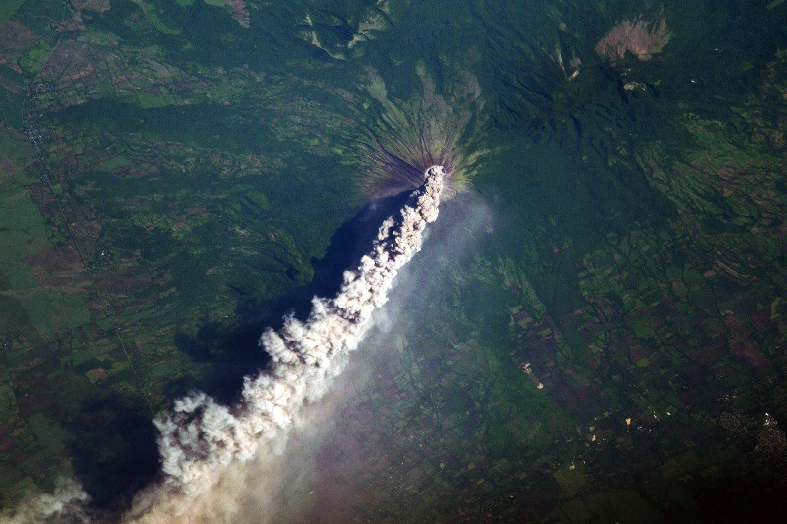 The ashes plume of the San Cristobal from 18.08.2017 - photo by Sergey Ryazansky, Russian cosmonaut on board the ISS / Nasa Johnson space center