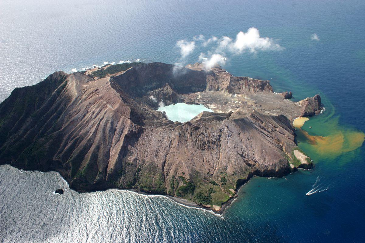 White Island n'est que la partie émergée d'un volcan sous-marin établi dans la baie de Plenty , et est un des volcans les plus actifs de nouvelle-Zélande - photo R. Fleming