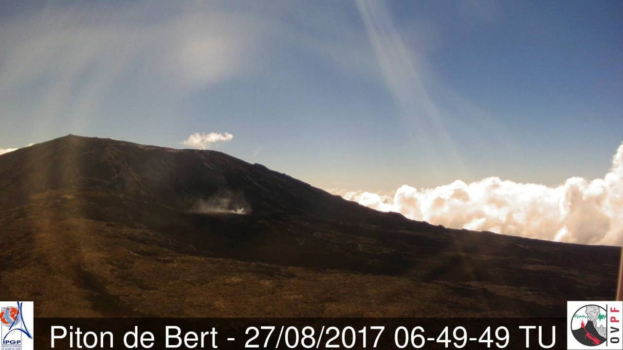 Eruptive site of the Piton of La Fournaise, on 27.08.2017 / 6h49 and the 28.08.2017 / 10h29 - Webcam OVPF / Piton de Bert
