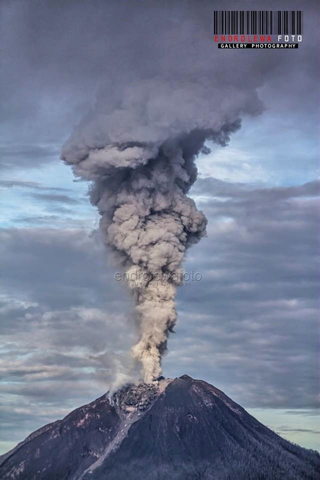 Sinabung - explosion of 9:29 - photos Endro Lewa at 9:29 and 9:30 - Notice the point of emission of the plume and the presence of the dome.