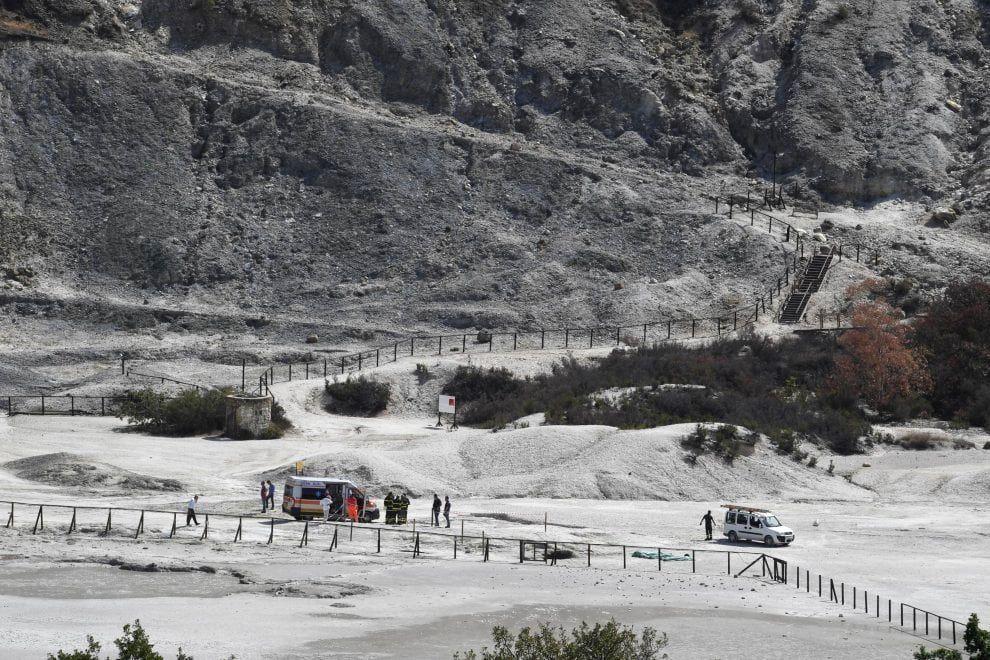 Solfatare de Pozzuoli - three bodies aligned to the left of the white van - photo via Republica