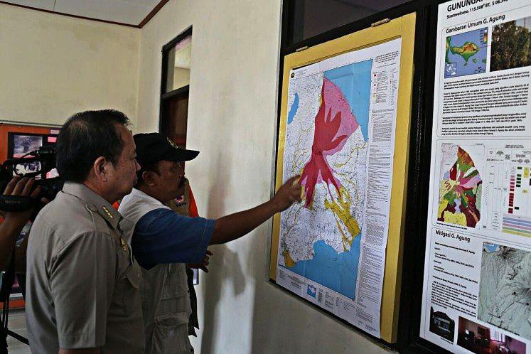 Le directeur du BNPB et un officiel de l'Observatoire devant la carte res risques de l'Agung - doc. BNPB