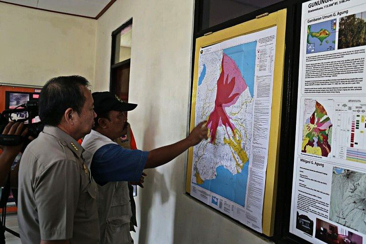 The director of the BNPB and an official of the Observatory in front of the risk map of the Agung-doc. BNPB