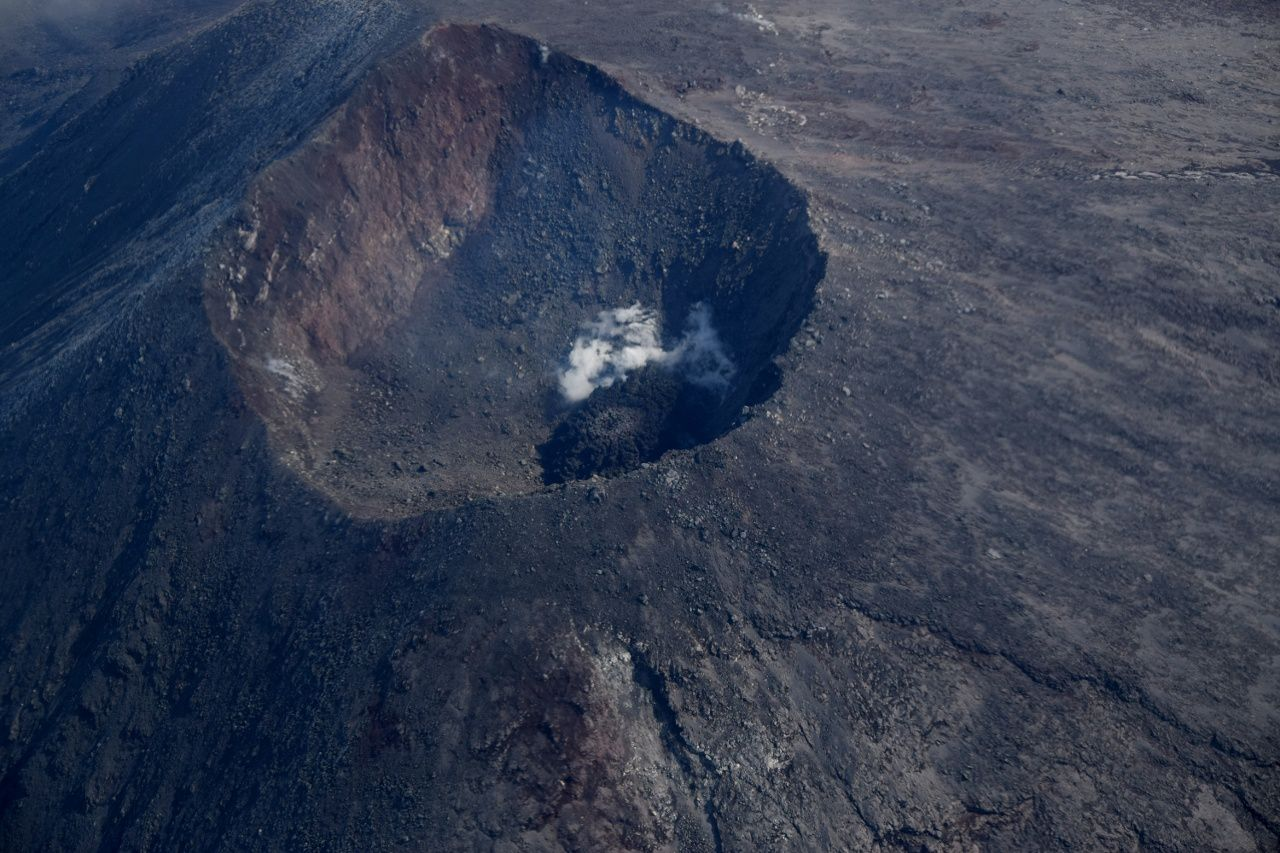 The summit crater and the Cleveland dome on 17.08.2017 / 12h21 - photo Janet Schaefer / AVO