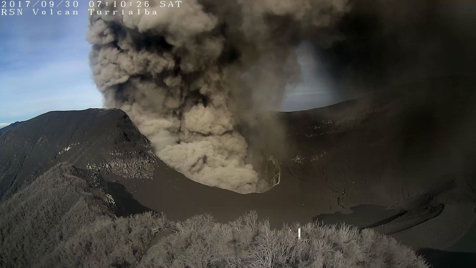 Turrialba - eruption in progress this 30.09.2017 at 7:10 local - ashes cover all the crater - webcam RSN
