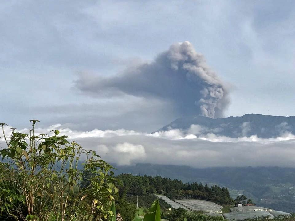 Turrialba - the plume of ashes is visible from afar - 30.09.2017 / 6h48 - photo Comision Nacional de Emergencias / J.Pacheco