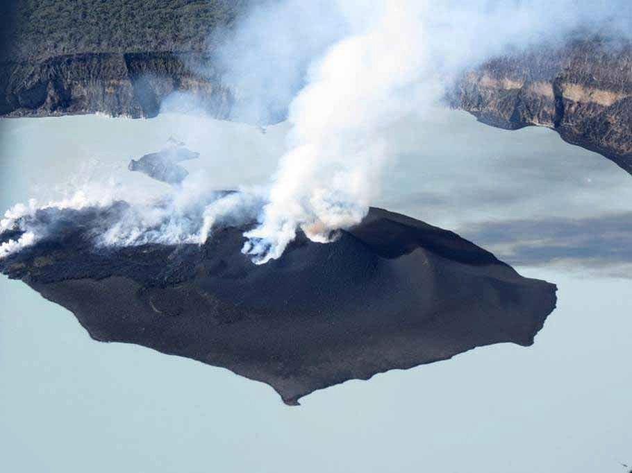 Ambae - photo prise lors d'un survol ce week-end - activité centrée sur le cône et coulées de lave en direction du lac (vers la gauche de la photo) - Photo VMGD (910x682)