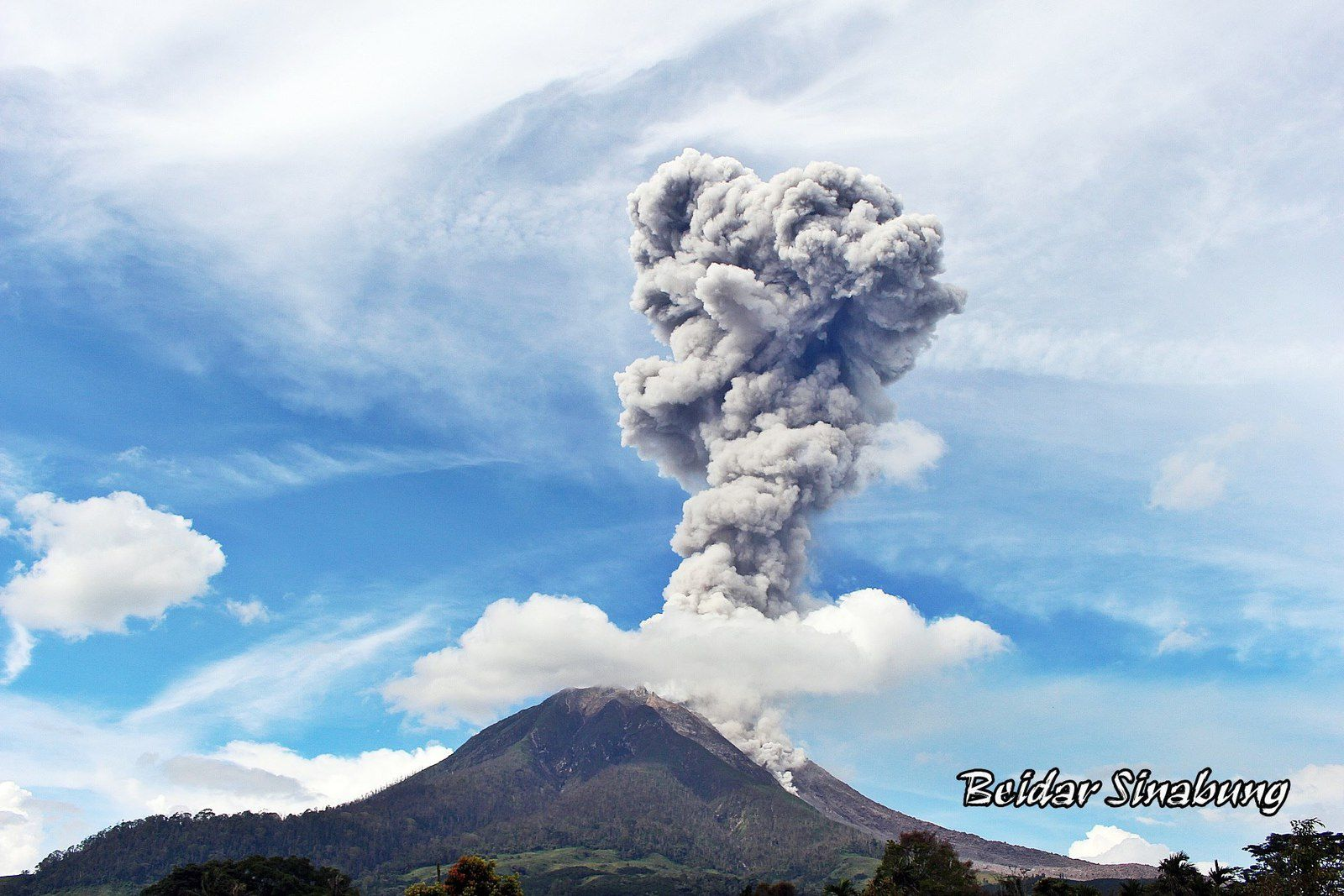 Sinabung - eruptive plume of 01.10.2017 / 15h17 local - photo F.Surbakti / Beidar Sinabung