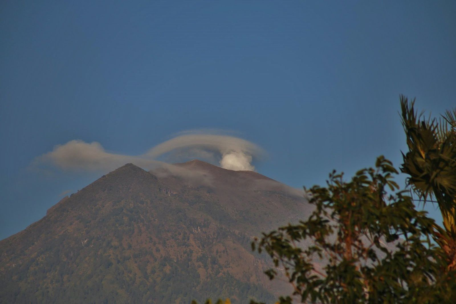 The Agung surmounted by a small plume of gas and steam this 04.10.2017 - photo Hakon Gustavsen via oystein Andersen