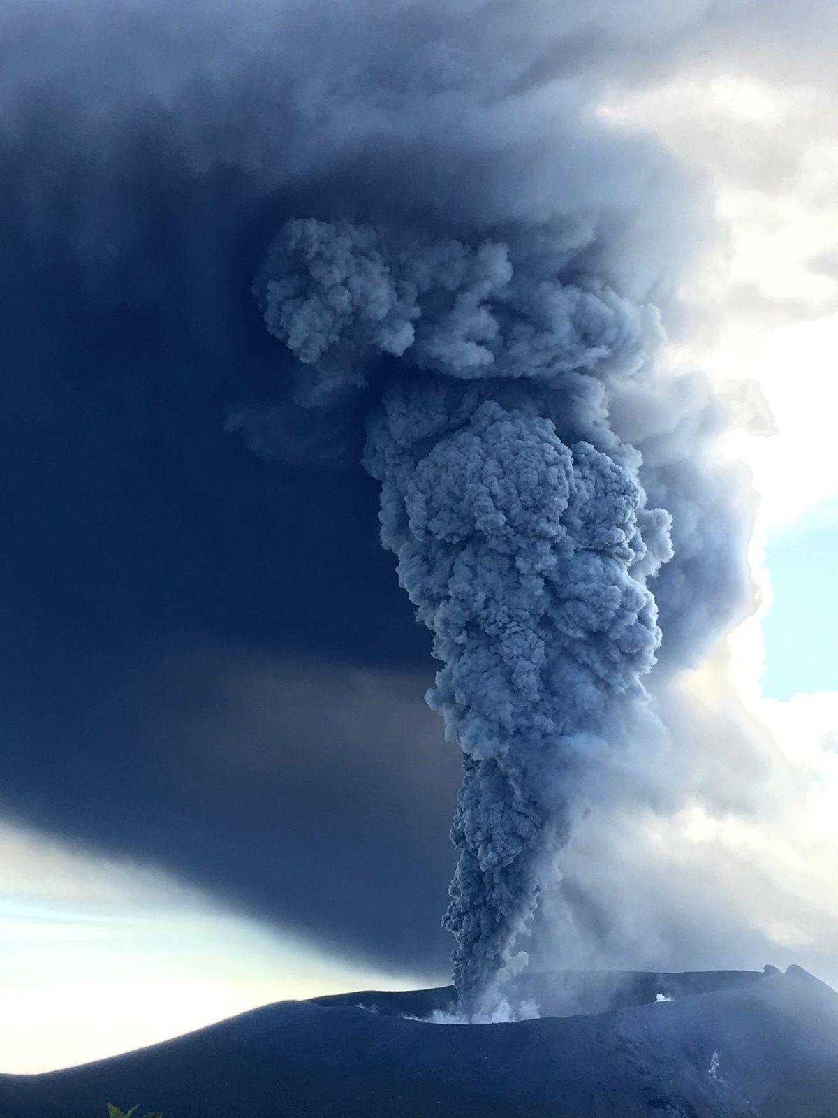 Shinmoedake-Kirishima  - le panache et le nuage chargés en cendres - 12.10.2017 photo  J.Reynolds -  EarthUncutTV