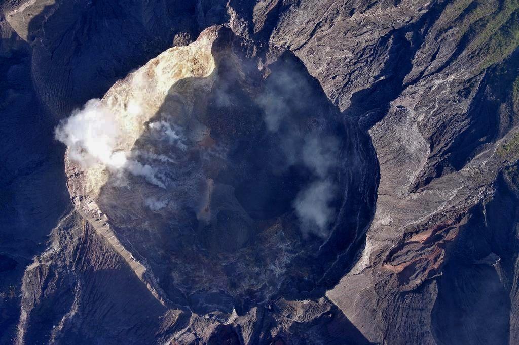 Le cratère du gunung Agung par le drone du BNPB - à gauche du cratère, la fissure émet en divers points des fumerolles responsables du panache blanx qui surmonte l'édifice - photo vua Sutopo Nugroho