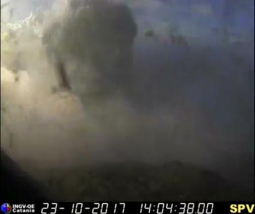 Stromboli - l'explosion sur la webcam le 23.10.2017 / 14h04 - webcam INGV