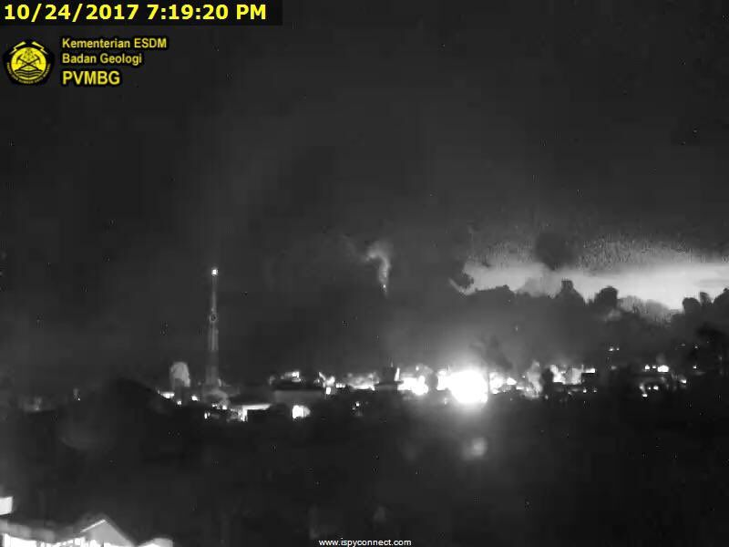 Sinabung - 24.10.2017 / 19h19 - the glowing dome and lightning in the background on the webcam PVMBG