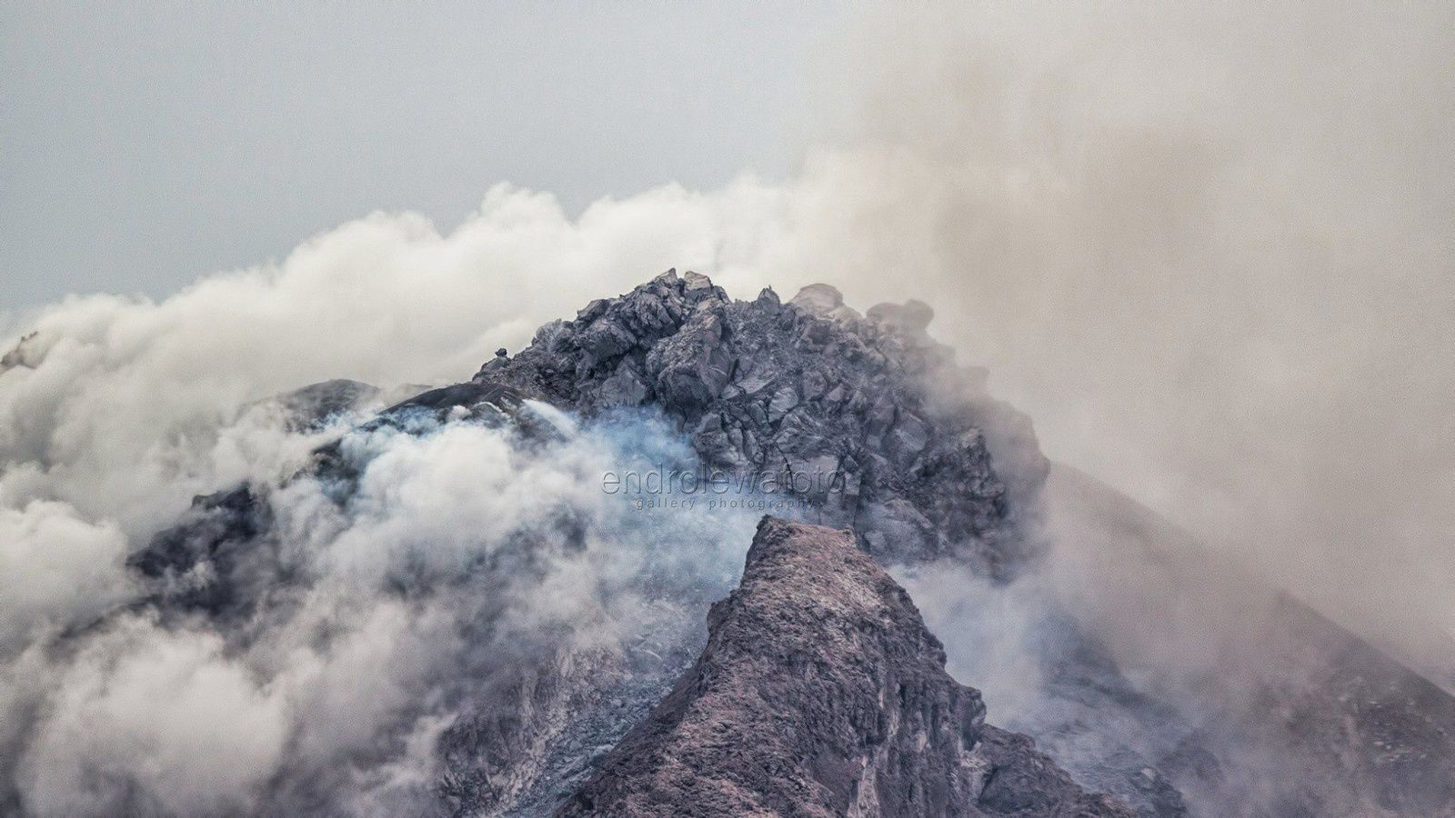 Sinabung - two different views of the lava dome - the 24.10.2017 respectively at 12:26 and 15:21 - photos Endro Lewa