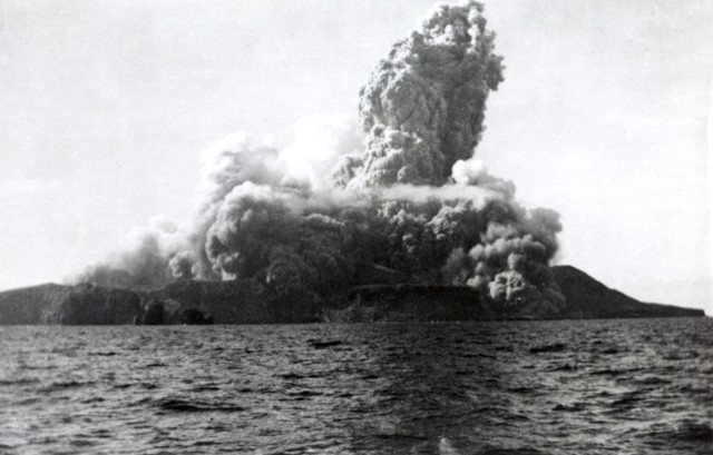 Barcena - base surge at the beginning of the eruption of August 1, 1952, seen off the west coast - Photo by Robert Petrie, 1952 (U.S. Navy, courtesy of Sherman Neuschel, U.S. Geological Survey) / GVP