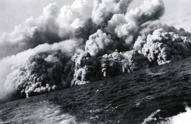 Barcena - base surge at the beginning of the eruption of August 1, 1952 / 8:05 - Photo by Robert Petrie, 1952 (U.S. Navy, courtesy of Sherman Neuschel, U.S. Geological Survey) / GVP