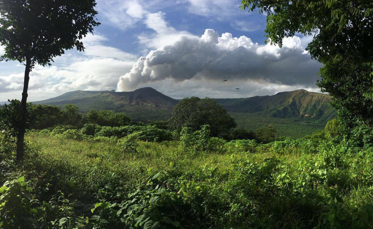 UNRESP Project - les émissions du Masaya depuis une exploitation agricole et les bâtiments recouverts de tôles maintenues sans clous - Doc EGU Blogs