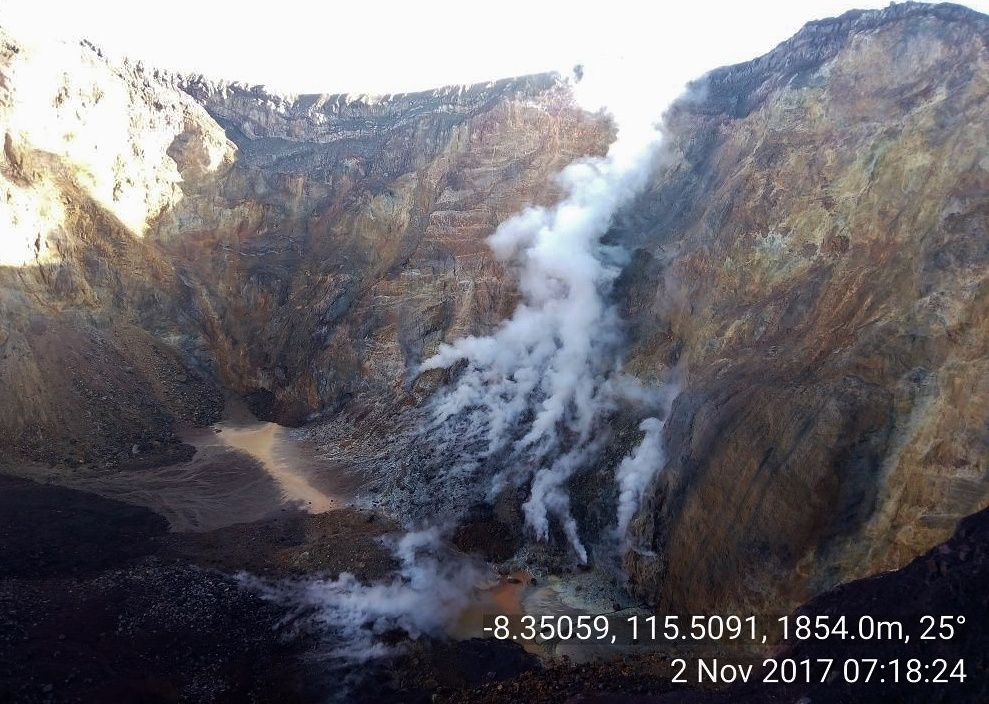 The fumaroles are present in the crater of Agung - photo 02.11.2017 / 7h18 / BNPB