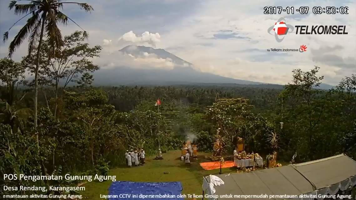 Communion with the volcano - At the Agung the incense vapors rise to the plume of the volcano - webcam Telkomsel 07.11.2017 / 9:50 local