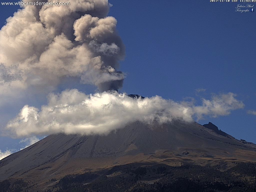Popocatépetl - emission of gas and water vapor, with a low ash load - 10.11.2017 / 11h43 - webcamsdeMexico