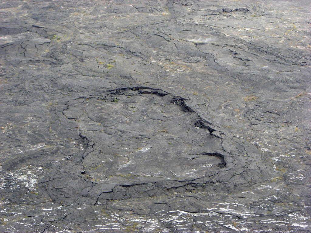 Lac de lave du Kilauea Iki - Ride de pression circulaire à la surface du lac de lave solidifié du Kīlauea Iki  - photo Diego Delso 2007