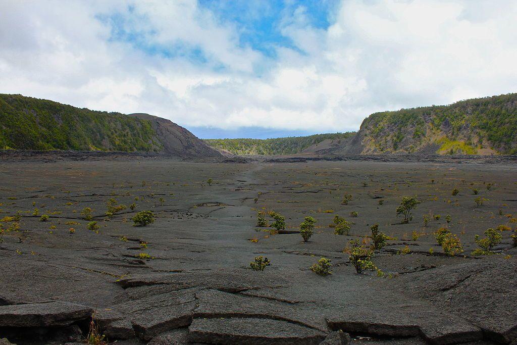 Kilauea Iki Lava Lake - View of the Kīlauea Iki Trail from the bottom of the crater towards Pu'u Pua'i (on the left) - photo Navin Rajagopalan
