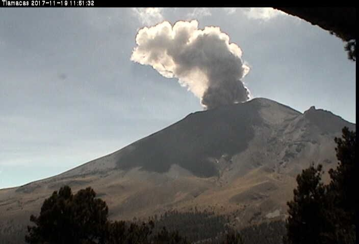 Popocatépetl - explosions of 19.11.2017 at 11:51 and 12:26 - webcam Cenapred - a click to enlarge