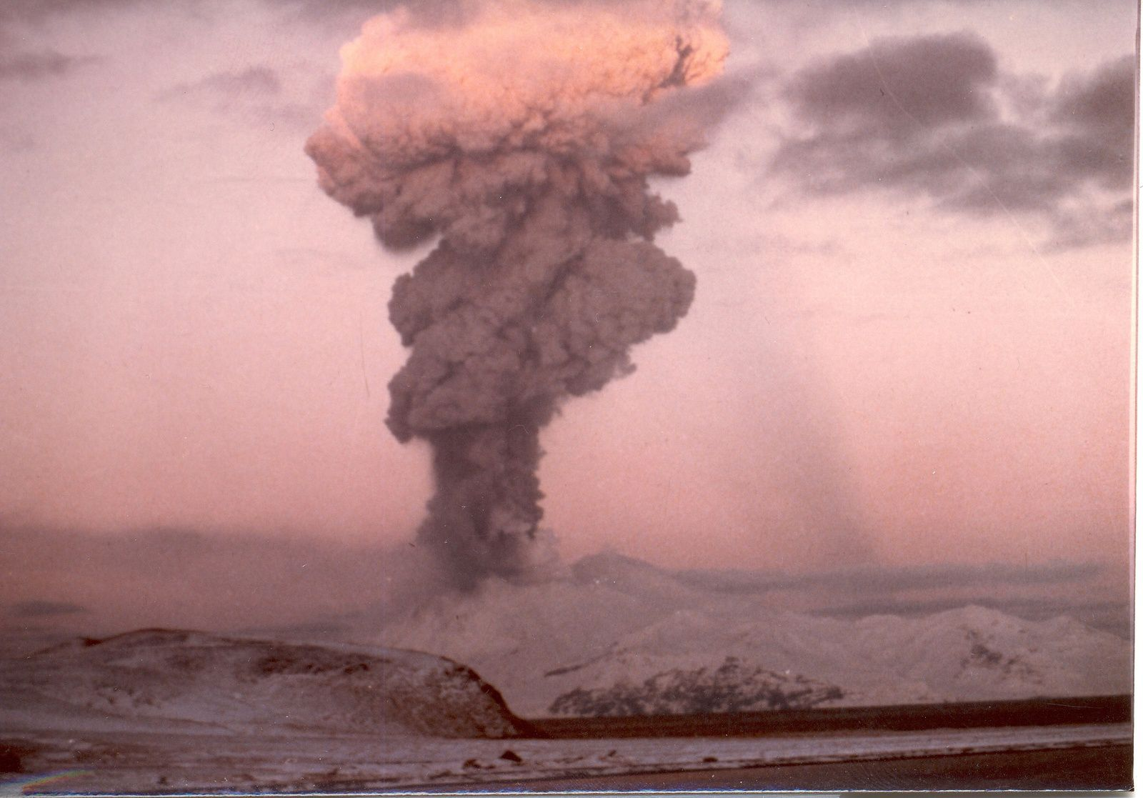 L'éruption du Great Sitkin le19.02.1974 - photo Steve Kelly AVO