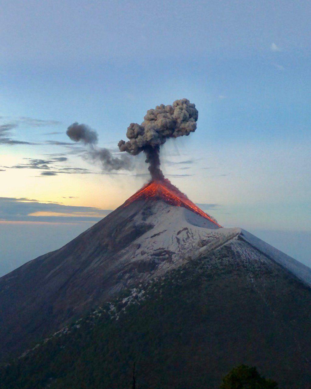 Fuego - activity of 23.11.2017, view of snowy background from the acatenango - photo Fabian via Clima Guatemala