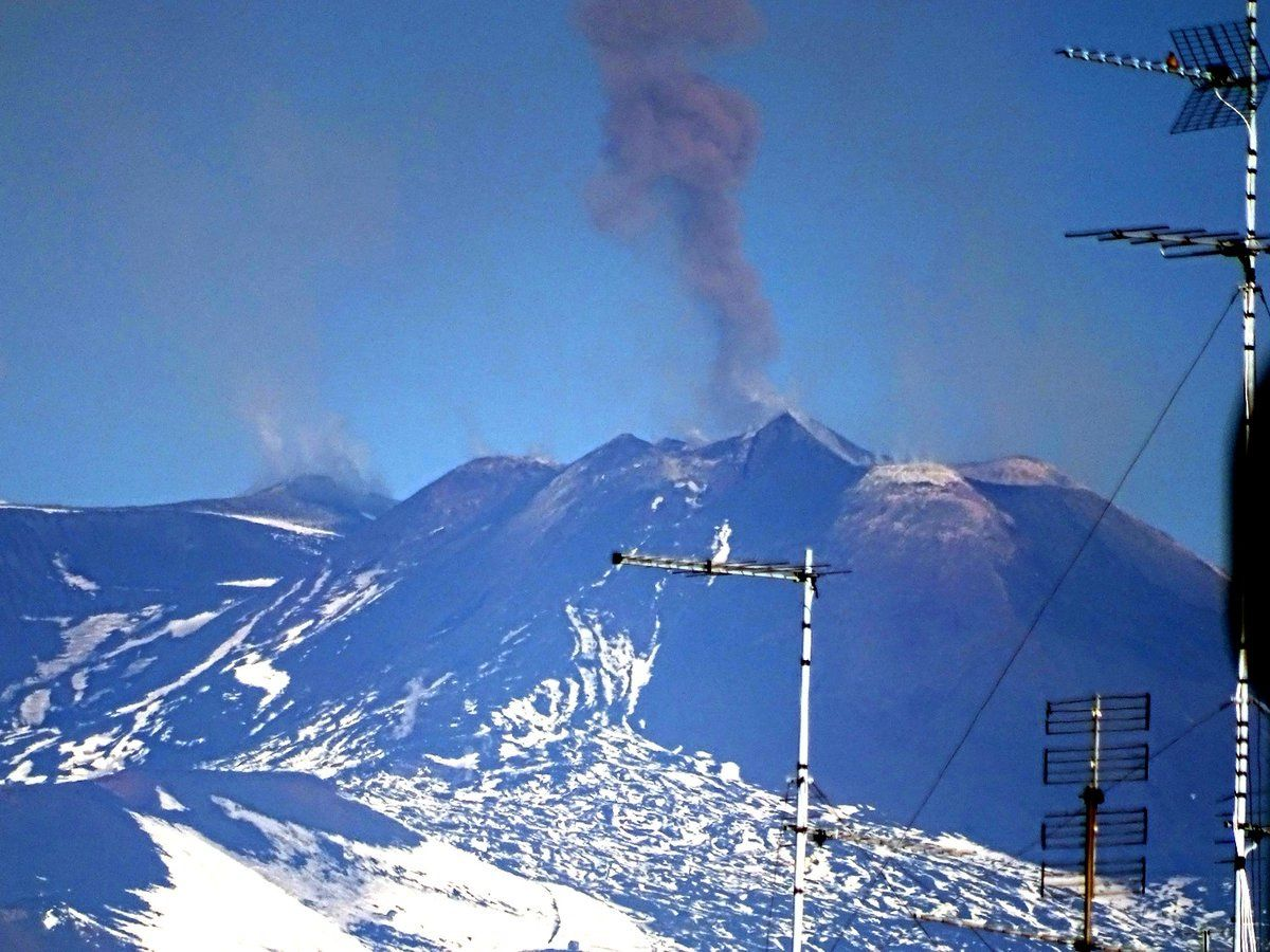 Etna - ash emission at the NSEC on 24.11.2017, seen from the INGV headquarters - © Photo Boris Behncke
