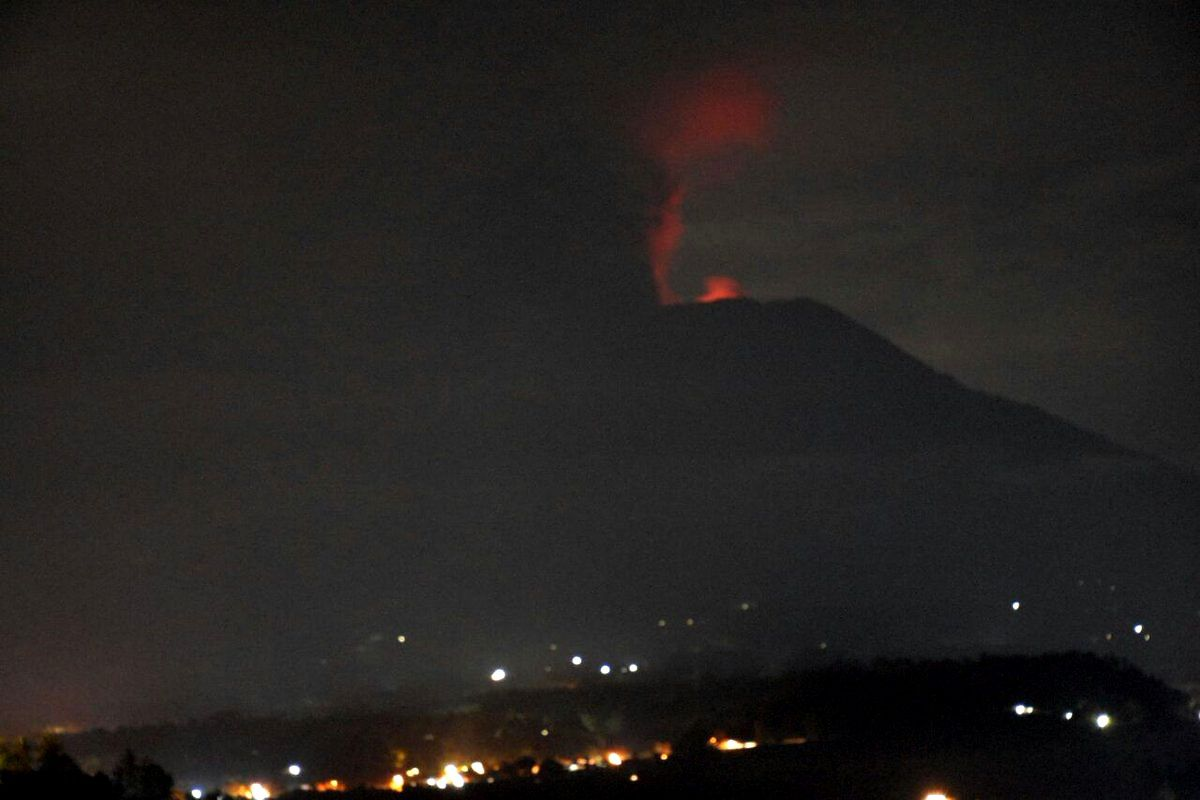 Agung - visible incandescence at the top with reflections on the ash plume - 25.11.2017 / 11:50 pm WITA