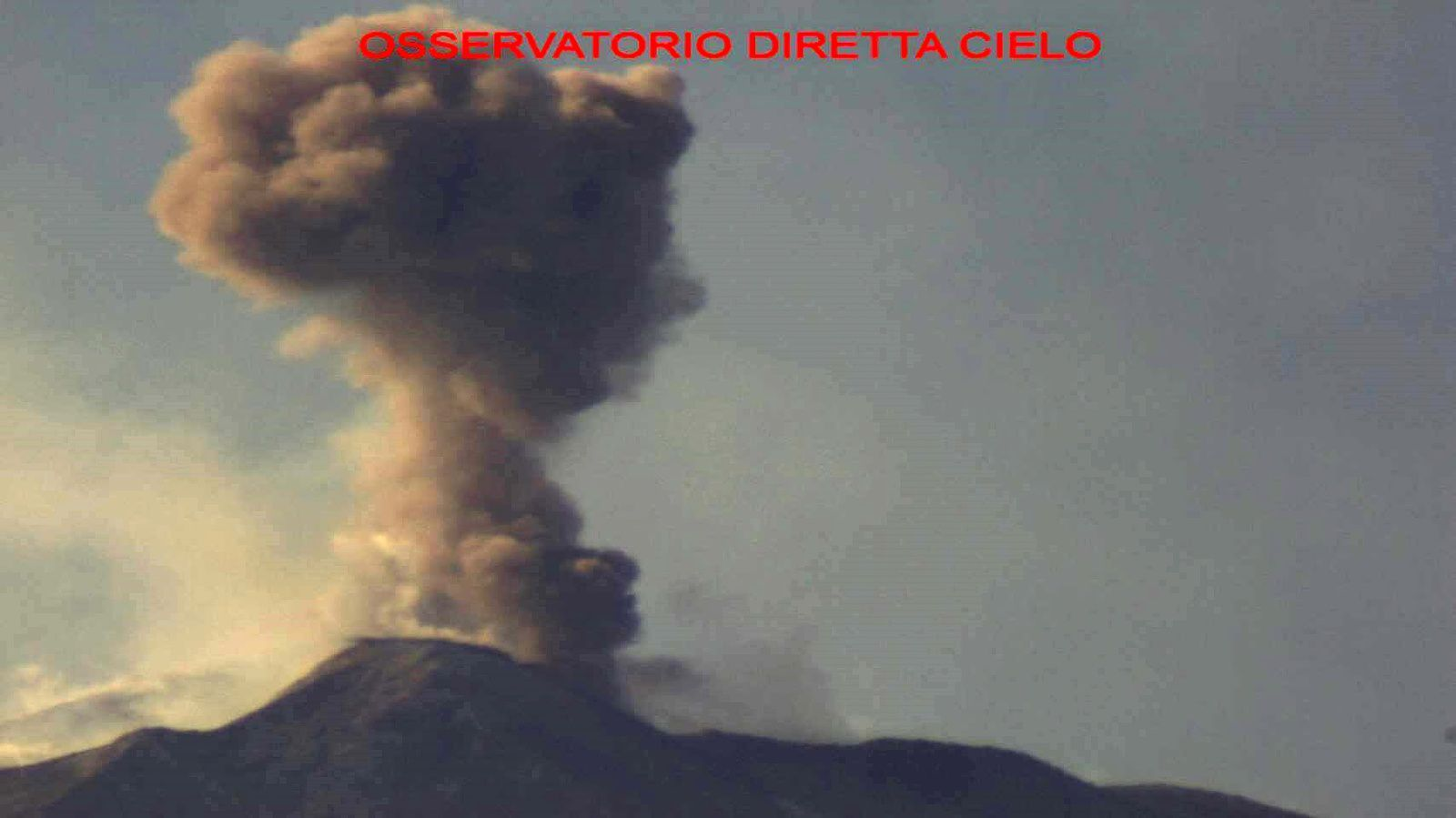 Etna - ash emission at the NSEC on 24.11.2017 - © Photo Credit Benito Morabito Diretta Cielo Astronomical Observatory