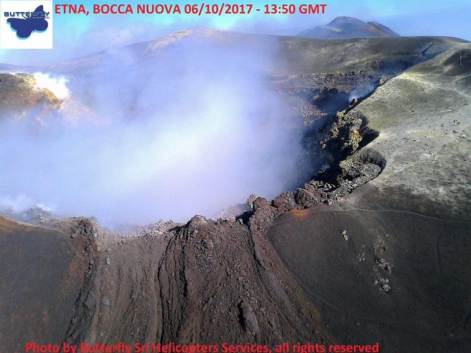 Etna, the Bocca Nuova degassing on 06.10.2017 / 13h50 GMT - photo © Joseph Nasi / Butterfly Helicopters