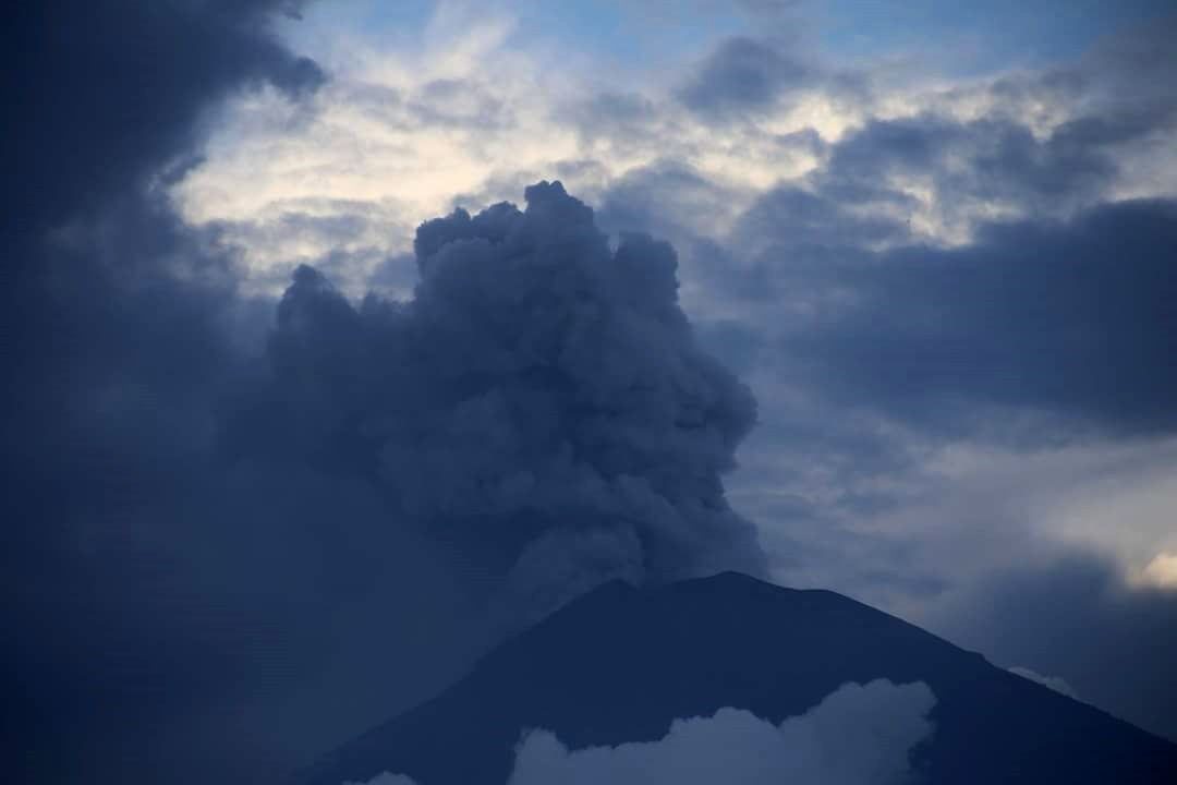Agung - 25.11.2017 -  Photo taken by @haakoneugen of the ongoing eruption of Agung