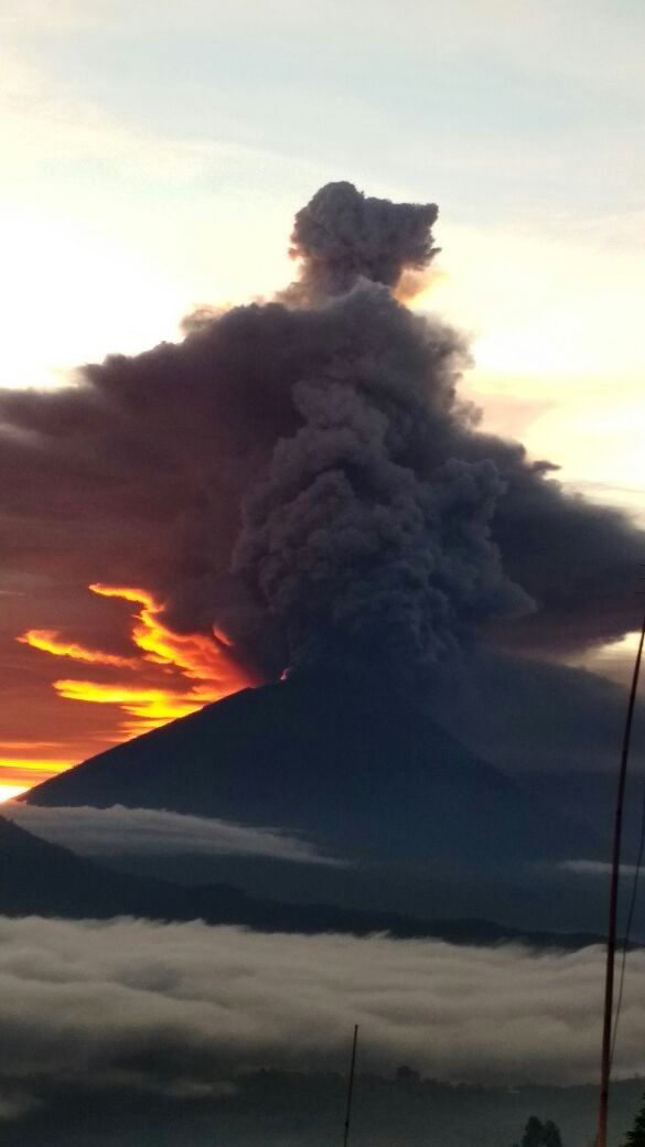 Agung - 26.11.2017 - the ash plume seen by Batur Kintamani - photo BNPB