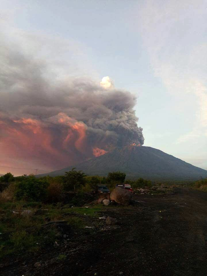 Agung - the ash plume illuminated at sunrise 26.11.2017 - photo Håkon Eugen Gustavsen