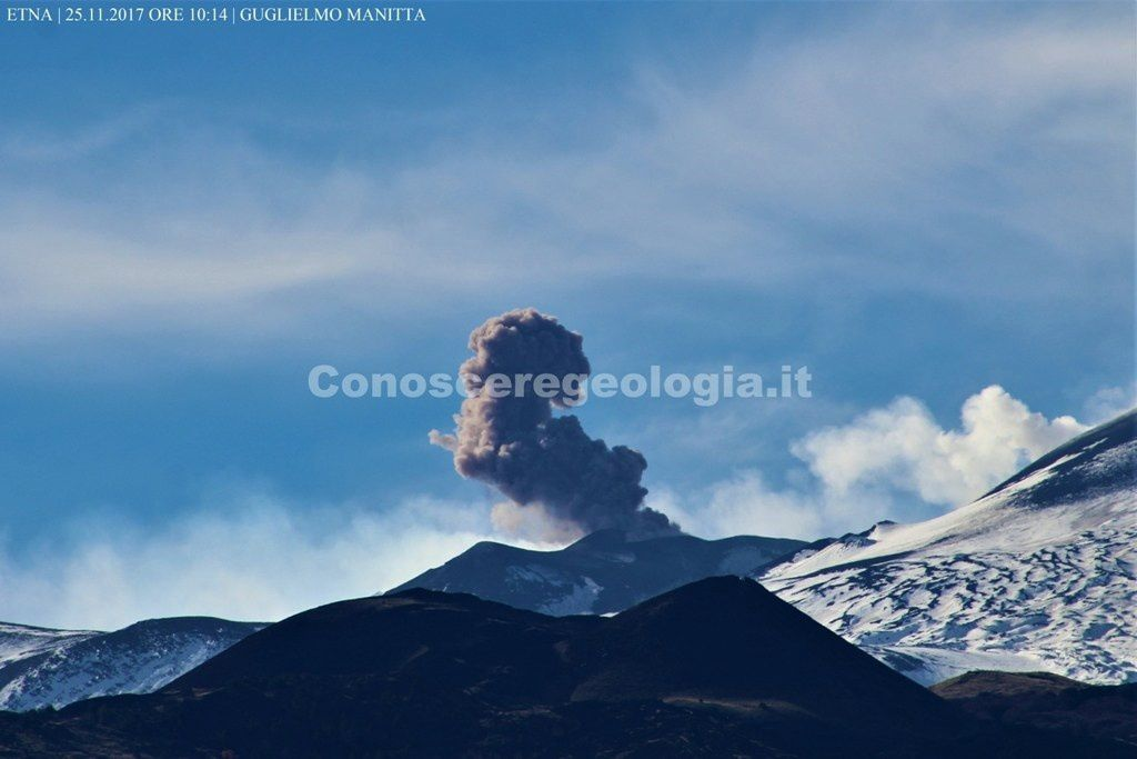 Etna - ash emission from the NSEC on 25.11.2017 / 10h14 - photo Guglielmo Manitta