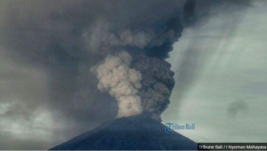 Agung - 26.11.2017 - double plume, of ash and steam - photo Tribun Bali