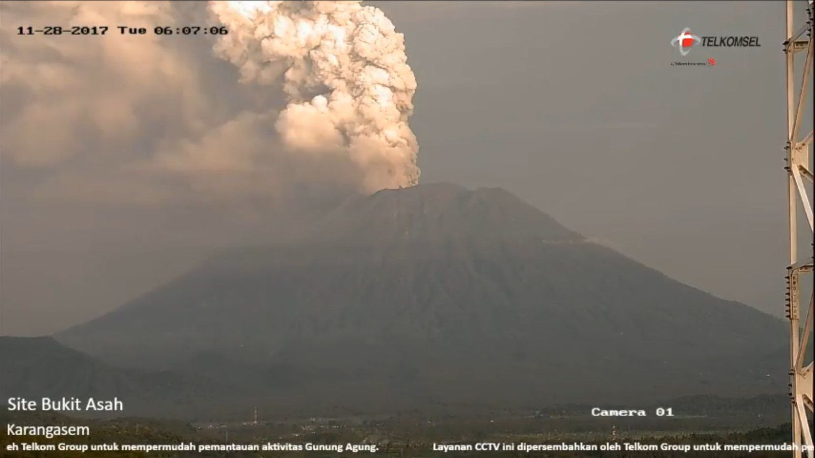 The Agung today 28.11.2017, respectively at 6:07, 8:00, and 11:42 loc. - Telkomsel webcams & PVMBG
