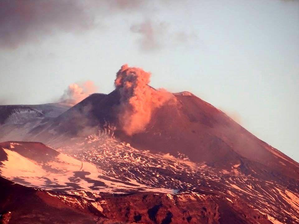 Etna - petite émission de cendres au nuovissimo cratère SE le 28.11.2017 / 6h58  - photo Boris Behncke