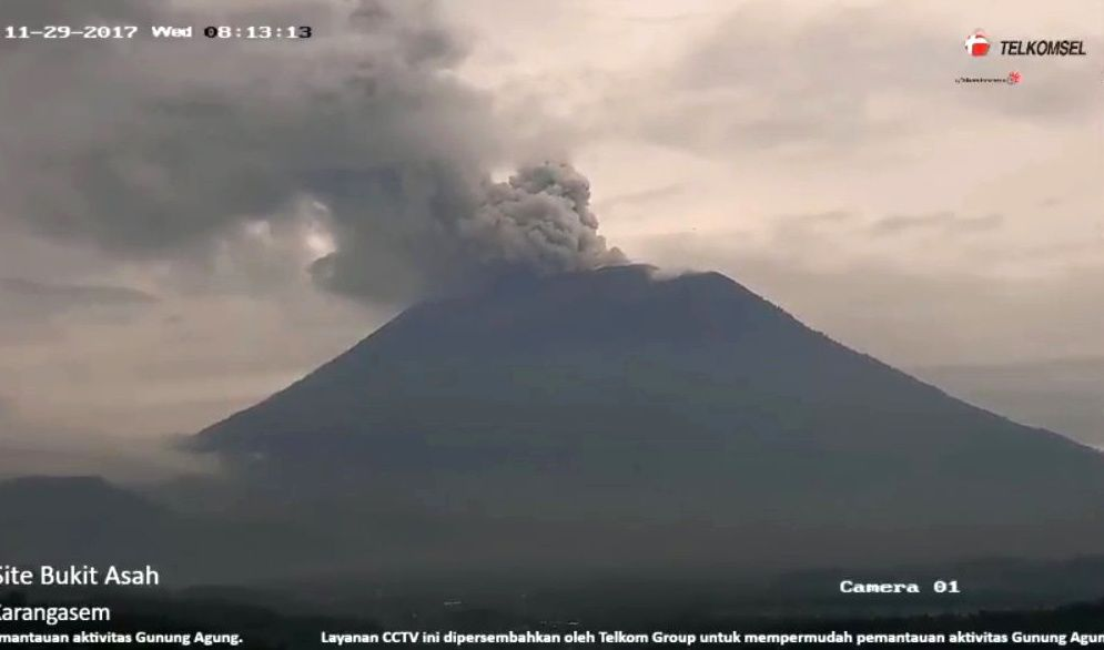 Agung - double plume, respectively at 8:13 and 9:03 local - webcam Telkomsel