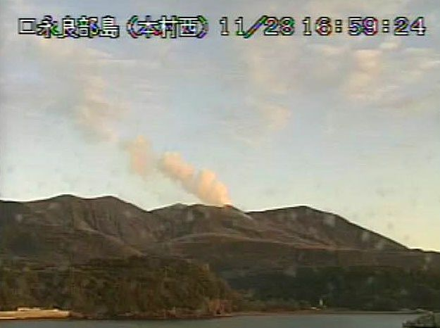 Kuchinoerabujima - 28.11.2017 / 16h59 - plume at the crater Shindake - JMA webcam
