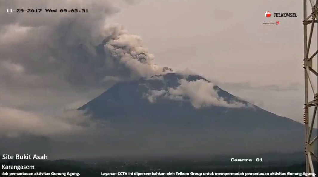 Agung - panache double, respectivement à 8h13 et 9h03 locale - webcam Telkomsel