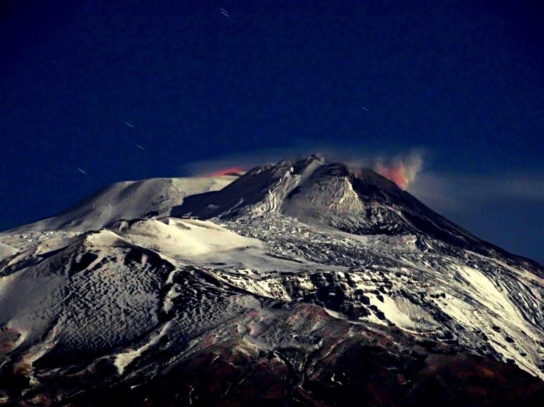Etna - incandescence légère, à droite au NSEC, et à gauche, soit à la Voragine, soit au NEC - photo Boris Behncke