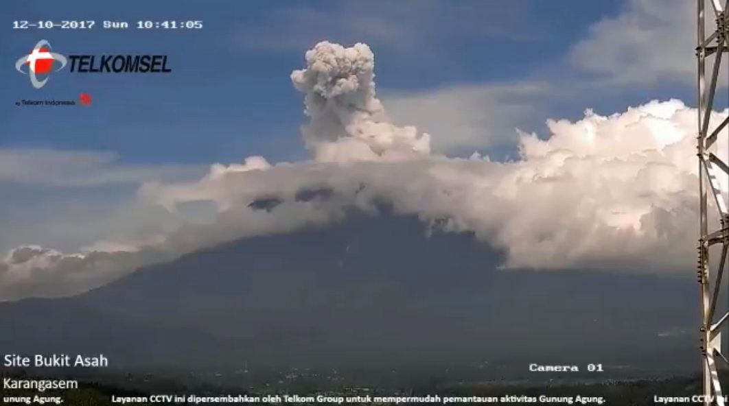 The Agung this morning, 10.12.2017 / 6:47 & 10:51 local - webcam Telkomsel