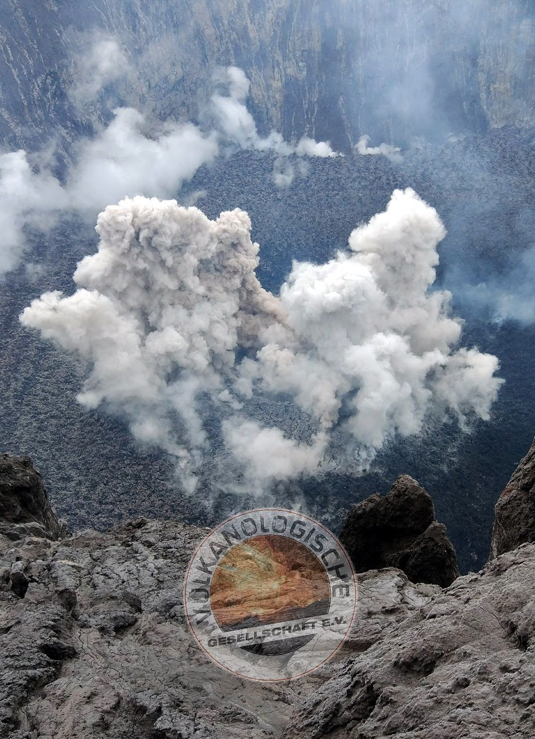 A first photo of the interior of the crater of Agung was put online by our German colleague Marc Szeglat of Vulkane Net Newsblog.